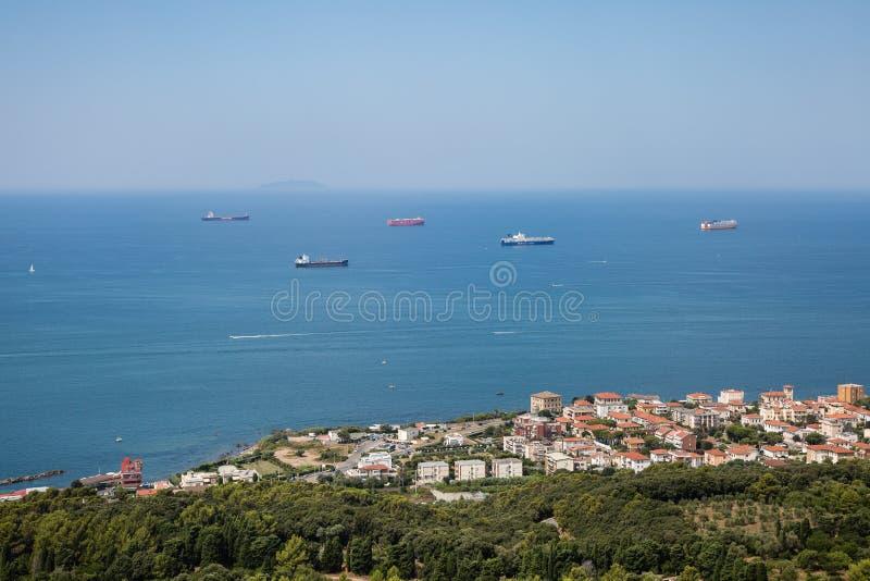 Vista a?rea de los buques de carga vac?os cerca de la costa con los mares de calma imagen de archivo libre de regalías
