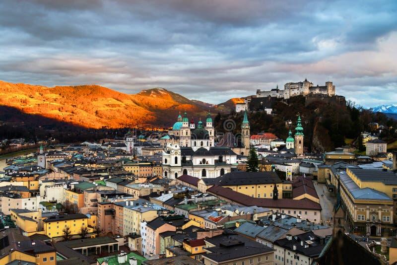 Vista a?rea de Salzburg, Austria en la puesta del sol imagen de archivo