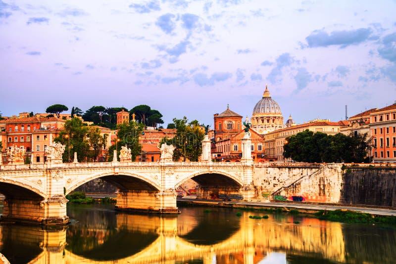 Vista a?rea de St Peters Basilica em Cidade Estado do Vaticano com a ponte de Vittorio Emanuele II imagens de stock royalty free