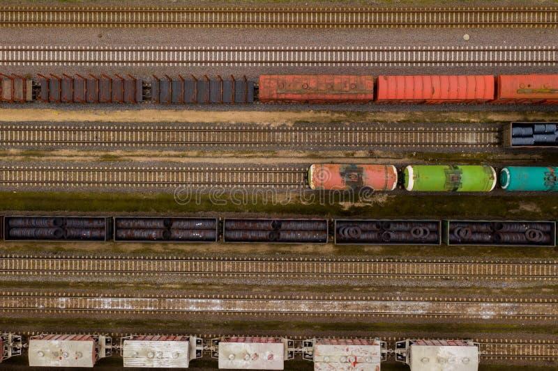 Vista a?rea de trens de mercadorias coloridos com os bens na esta??o de trem fotografia de stock royalty free