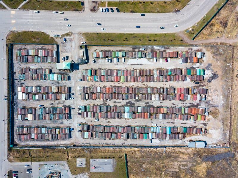 Vista a?rea de um grande n?mero garagens do ferro para carros com os telhados coloridos que est?o dentro perto de se perto da est foto de stock royalty free