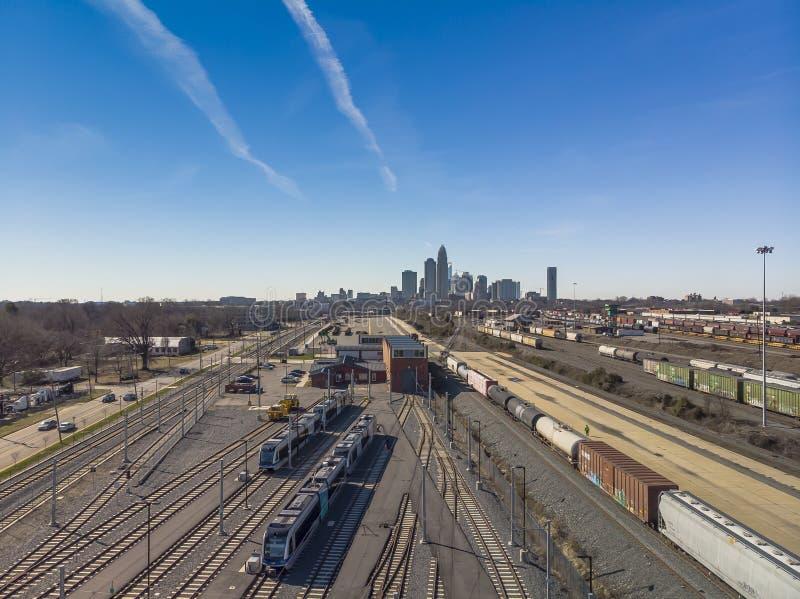 Vista aérea de una yarda del tren con Charlotte, NC en el fondo imagenes de archivo