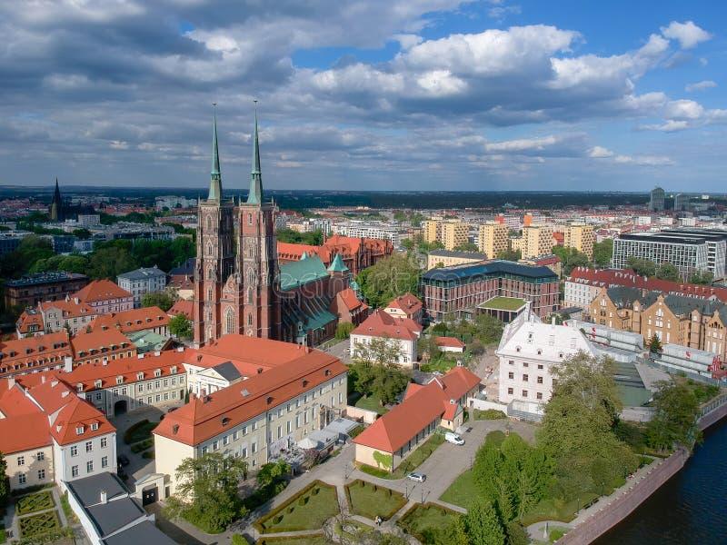 A vista a?rea de Wroclaw: Ostrow Tumski, catedral de St John a igreja batista e escolar da cruz e do St santamente Barth fotos de stock