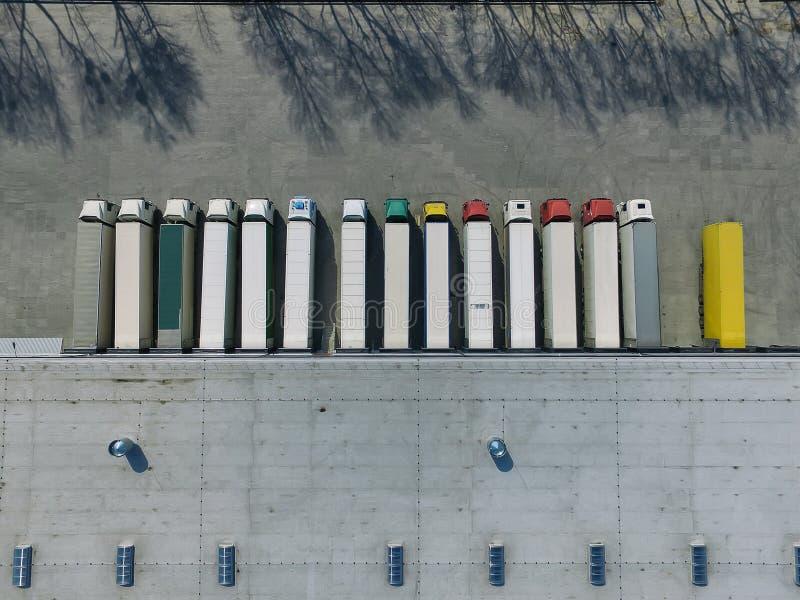 Vista a?rea del almac?n de las mercanc?as Centro de la log?stica en zona industrial de la ciudad desde arriba foto de archivo