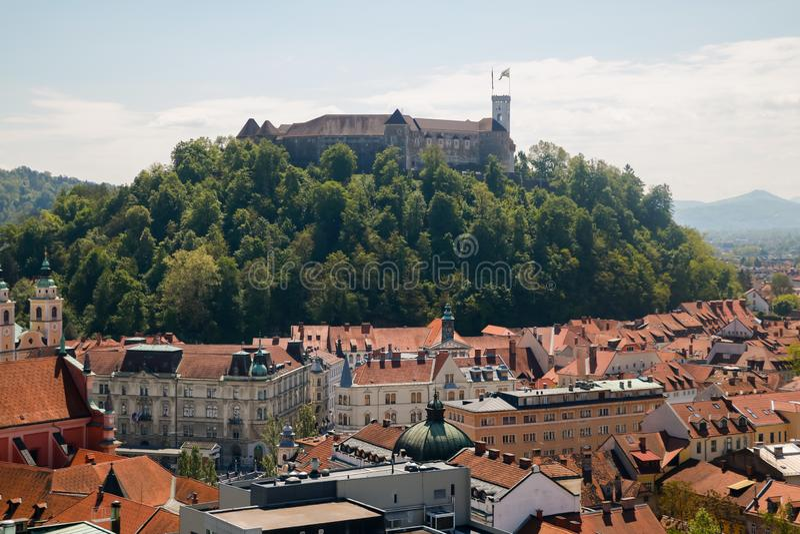 Vista a?rea del castillo de Ljubljana en la puesta del sol en Eslovenia fotografía de archivo