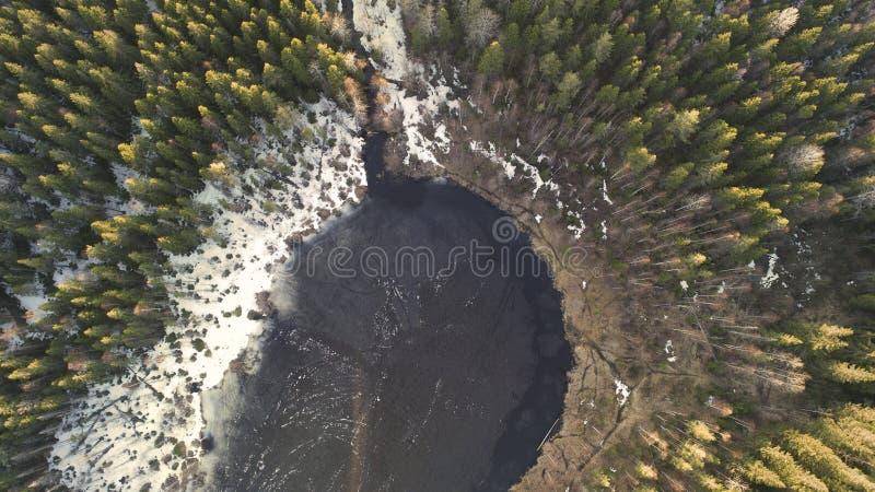 Vista a?rea del gran lago durante d?a de primavera con nieve foto de archivo libre de regalías