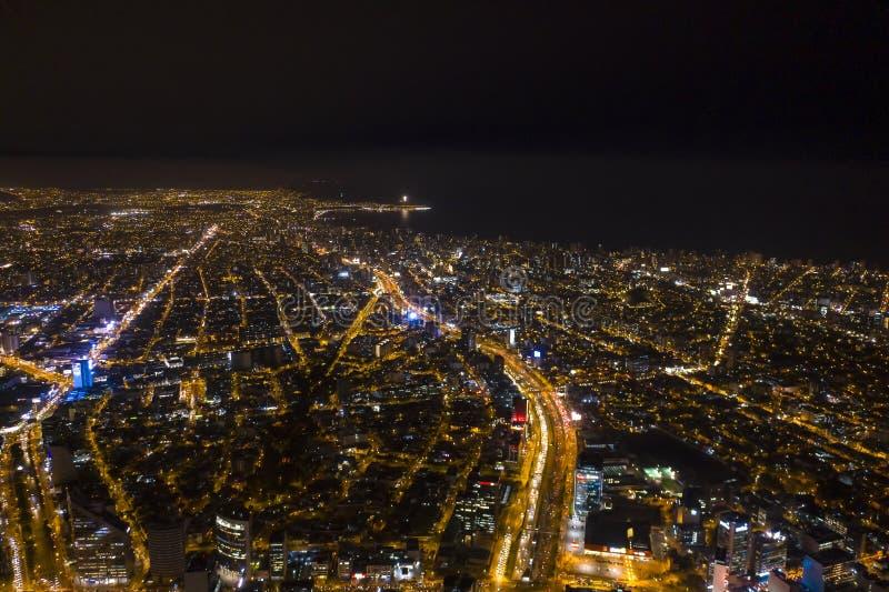 Vista a?rea del horizonte de la ciudad de Lima en la noche Miraflores, Barranco y Chorrillos foto de archivo