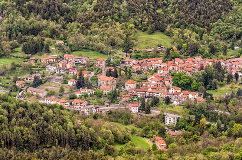 Vista a?rea del peque?o pueblo Rasa, fracci?n del municipio de Varese, Italia imagenes de archivo
