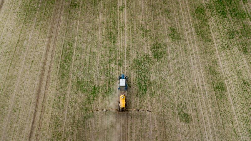 Vista a?rea del tractor de cultivo que ara y que roc?a en campo fotos de archivo libres de regalías