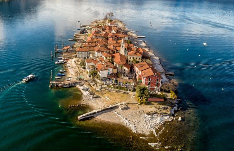A vista a?rea do dei Pescatori da ilha ou do Isola de Fishermens no lago Maggiore, ? uma das ilhas de Borromean de It?lia norte fotografia de stock
