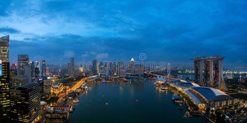 Vista a?rea do distrito financeiro e da cidade de Singapura na noite em Singapura, ?sia fotos de stock