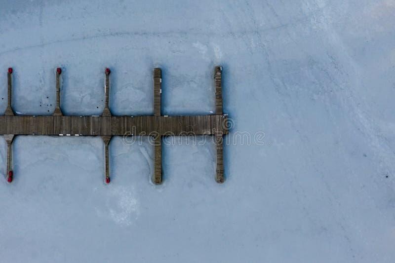 Vista a?rea do litoral e do cais congelados do lago fotografia de stock royalty free