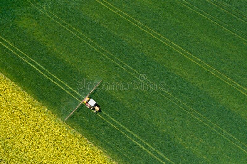 Vista a?rea do trator de cultivo que ara e que pulveriza no campo agricultura Vista de acima Foto capturada com zang?o fotografia de stock royalty free