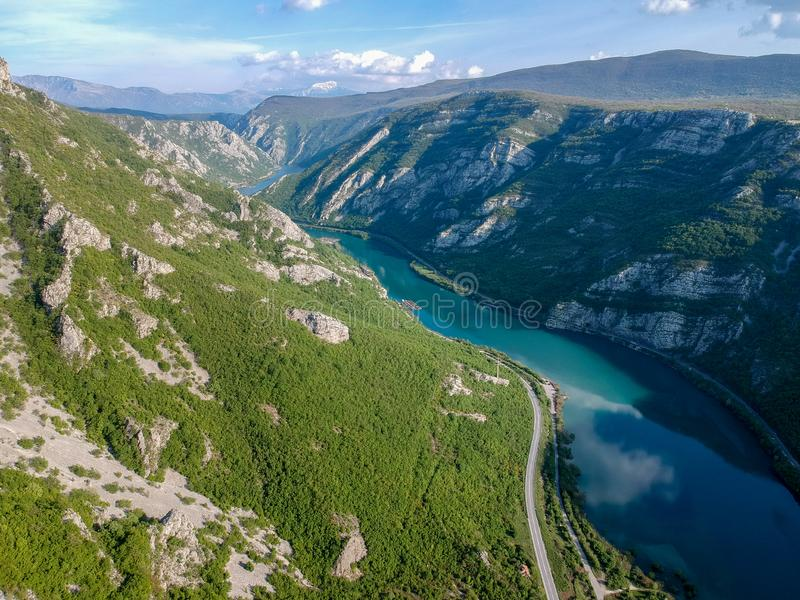 Vista a?rea do vale do rio Neretva em B?snia e em Herzeovina imagens de stock