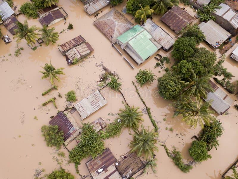A vista a?rea em cima inundou casas ap?s um ciclone fotografia de stock