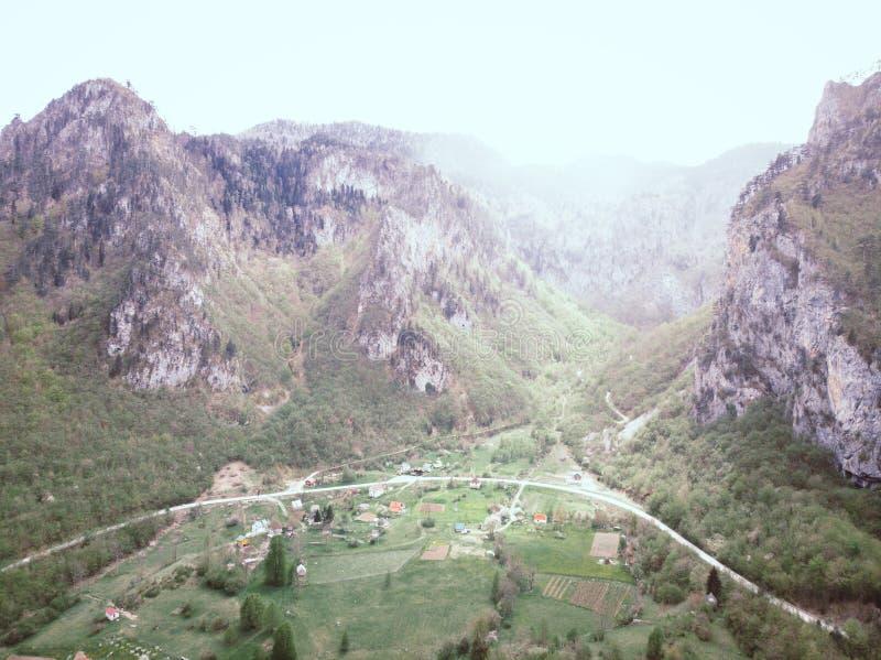 Vista a?rea em montanhas de Durmitor, parque nacional, mediterr?neo, Montenegro, Balc?s, Europa imagem do instagram A estrada per fotografia de stock royalty free