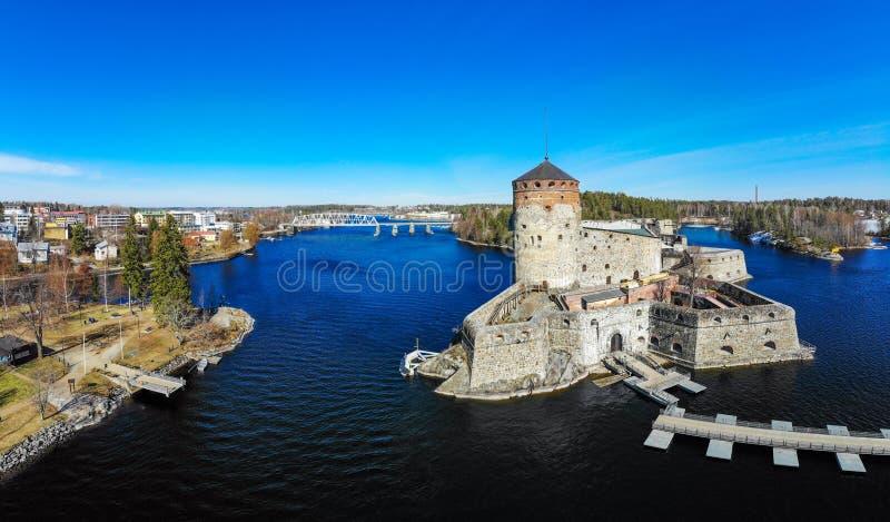 Vista a?rea hermosa de Olavinlinna, fortaleza antigua de Olofsborg, los tres medievales del siglo XV - castillo de la torre local imagenes de archivo