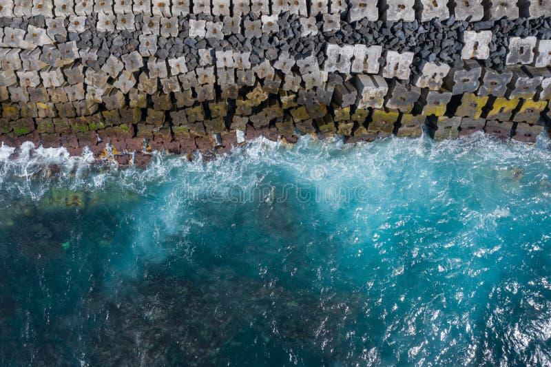 Vista a?rea a las olas oce?nicas Fondo del agua azul Foto hecha desde arriba por el abej?n foto de archivo