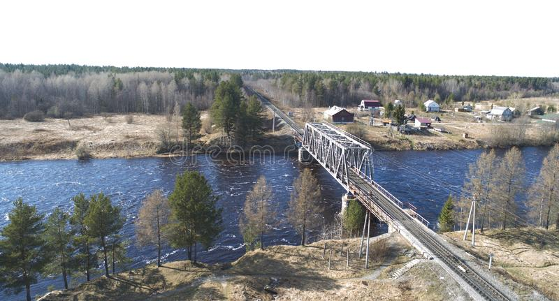 Vista a?rea na ponte do trilho atrav?s do rio no lugar rural na mola fotografia de stock royalty free