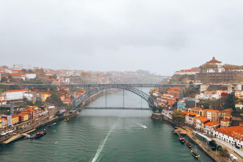 Vista a?rea panor?mica de casas viejas de Oporto, Portugal con Luis tiendo un puente sobre - un puente del arco del metal imagen de archivo
