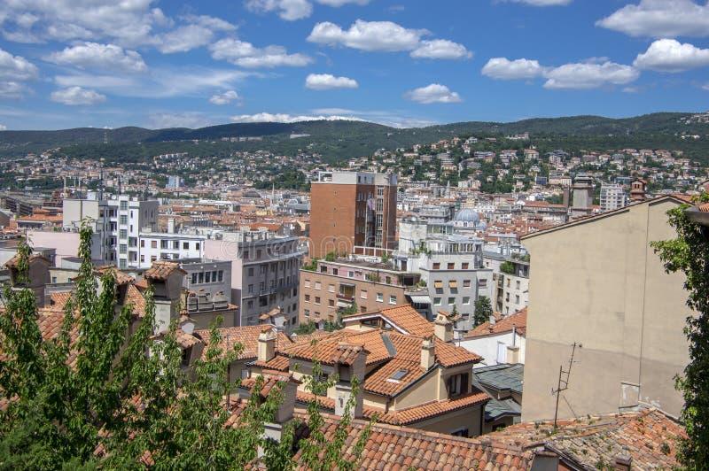 Vista a?rea que sorprende a la ciudad de Trieste Grupo de opini?n de edificios de la fortaleza D?a soleado hermoso imagenes de archivo