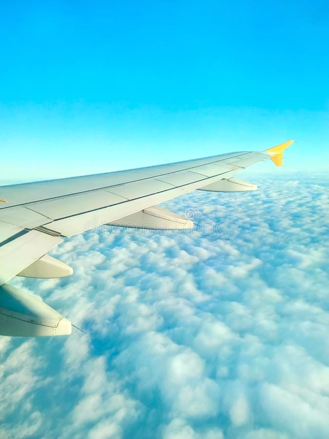 Vista real da janela do avião do voo de Cloudscape cênico bonito Asa no fundo macio das nuvens do céu azul Sunligh brilhante foto de stock royalty free