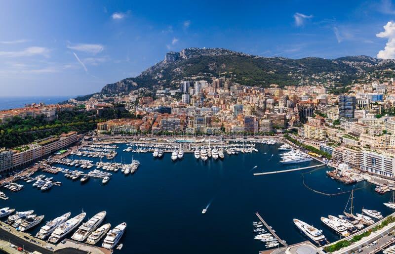 Vista regional do porto na cidade rica Monte - Carlo em Mônaco imagem de stock royalty free