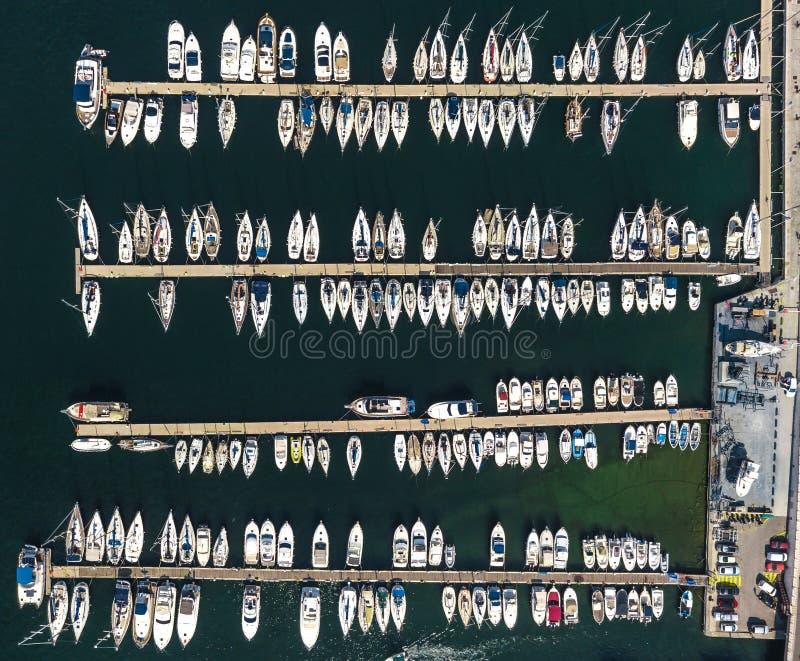 Vista regional dos veleiros no porto de Marselha em França imagens de stock