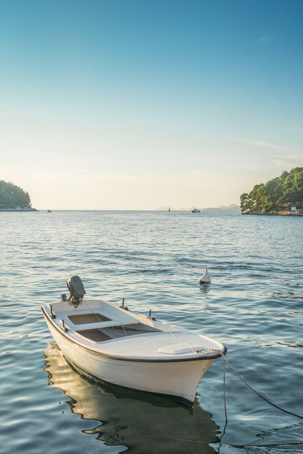 Vista regional no mar e litoral em Cavtat, Croácia imagem de stock royalty free