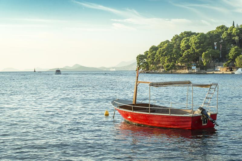 Vista regional no mar e litoral em Cavtat, Croácia imagens de stock