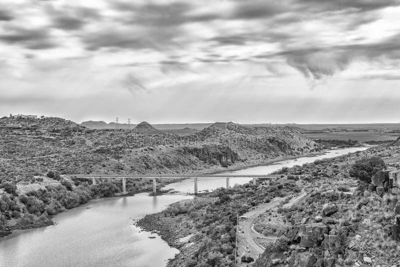 Vista rio abaixo da represa de Vanderkloof monocromático imagem de stock