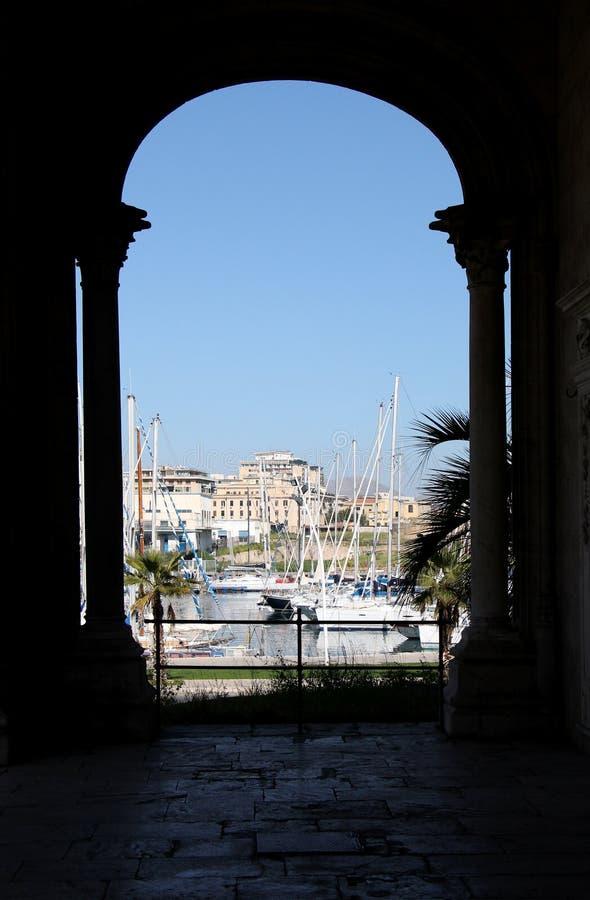 Vista ritratta in prospettiva del porticciolo turistico, Palermo fotografia stock