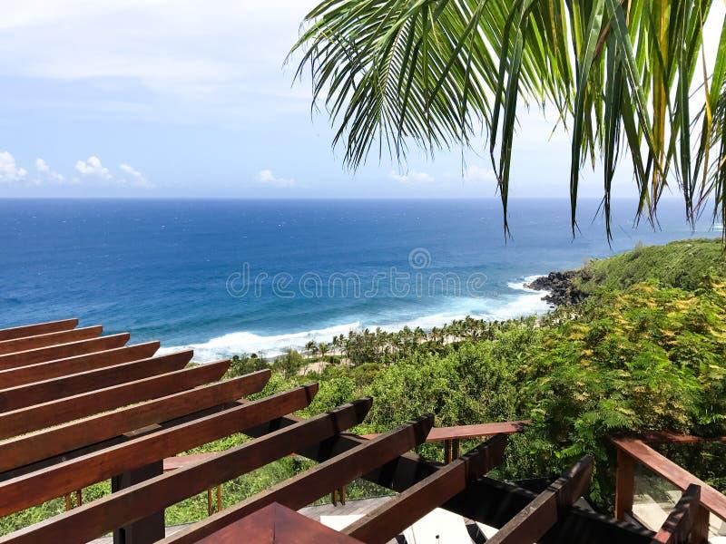 Vista romântica em uma praia imagem de stock royalty free