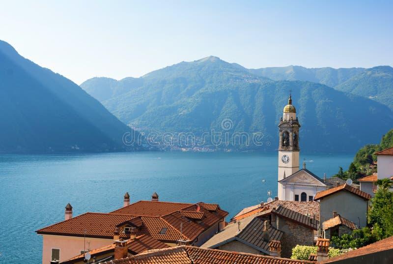 Vista romantica sul como del lago e sulla vecchia torre di chiesa in Italia del nord fotografia stock