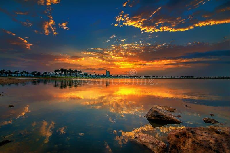 Vista rossa e gialla drammatica di alba del cielo in Dammam Arabia Saudita fotografia stock