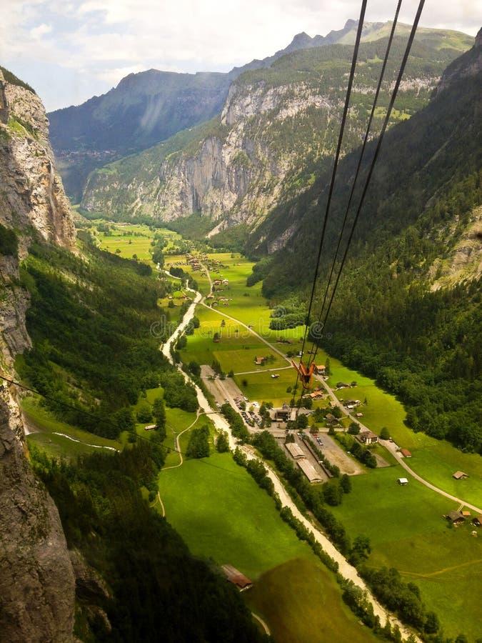 Vista rurale della valle di stordimento Lauterbrunnen, vista di occhio di uccello dalla cabina di funivia da Stechelberg alla sta fotografia stock