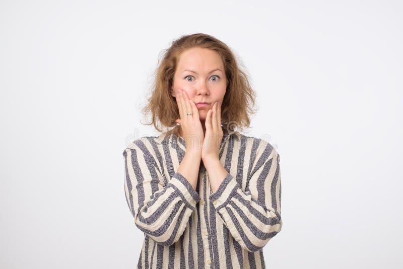 Vista séria e interessada da mulher triste nova preocupado e pensativo imagens de stock royalty free