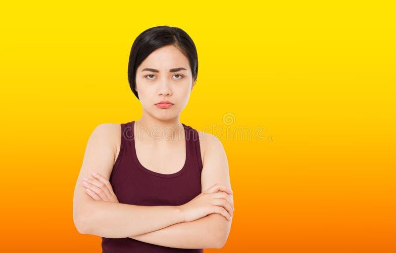 A vista séria e referida da mulher triste coreana bonita nova sentimento preocupado e pensativo da expressão facial comprimiu fotografia de stock