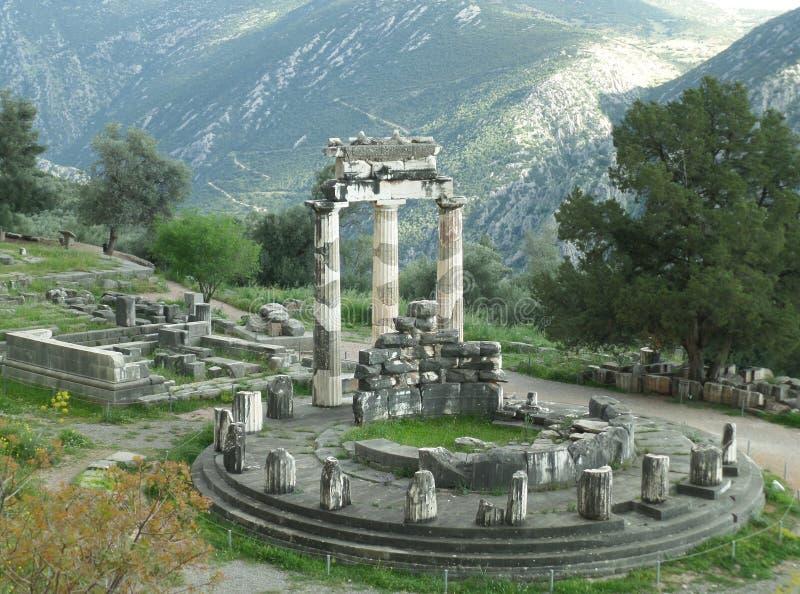 Vista sbalorditiva del santuario di Athena Pronaia sul fianco di una montagna, Delfi, Grecia immagine stock