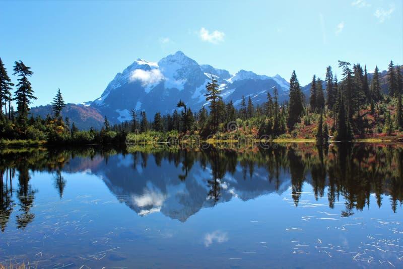 Vista sbalorditiva del supporto Shuksan e della sua riflessione nel lago picture fotografia stock