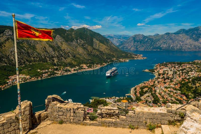 Vista sbalorditiva della baia di Cattaro, Montenegro, guardante giù dalla cima delle rovine del castello fotografie stock