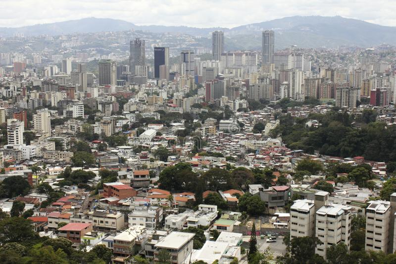 Vista sbalorditiva della capitale di Caracas del centro con le costruzioni principali di affari dalla montagna maestosa di EL Avi fotografie stock libere da diritti