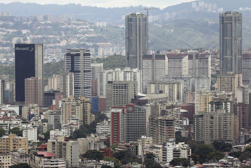 Vista sbalorditiva della capitale di Caracas del centro con le costruzioni principali di affari dalla montagna maestosa di EL Avi immagini stock