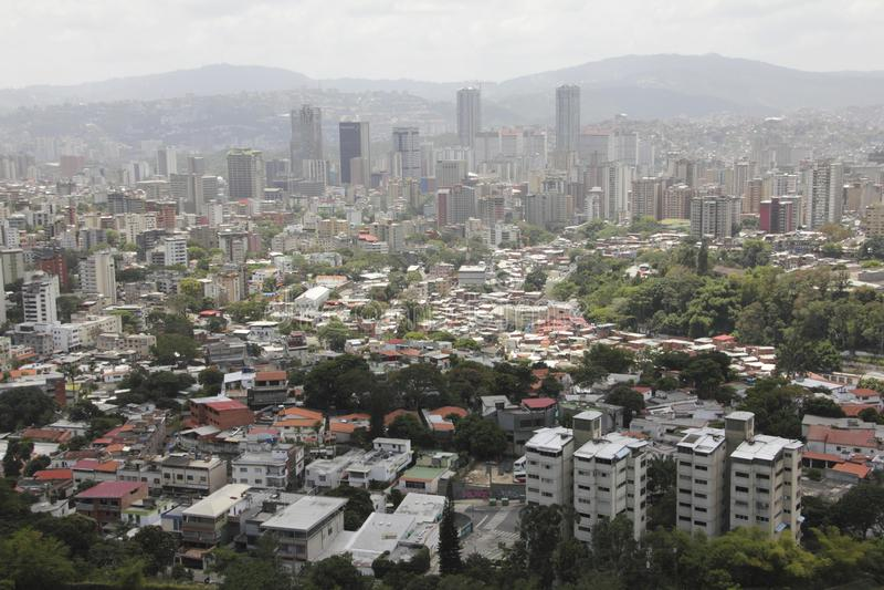 Vista sbalorditiva della capitale di Caracas del centro con le costruzioni principali di affari dalla montagna maestosa di EL Avi immagini stock libere da diritti