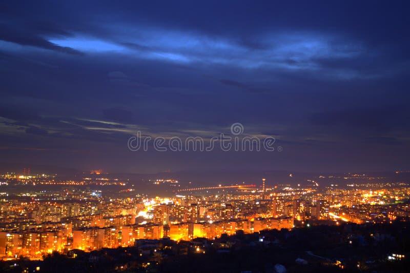 Vista sbalorditiva Varna, Bulgaria, Europa della città di notte fotografia stock libera da diritti