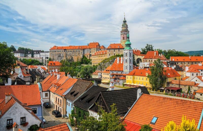 Vista scenica al castello ed ai tetti in vecchia città di Cesky Krumlov, repubblica Ceca fotografie stock