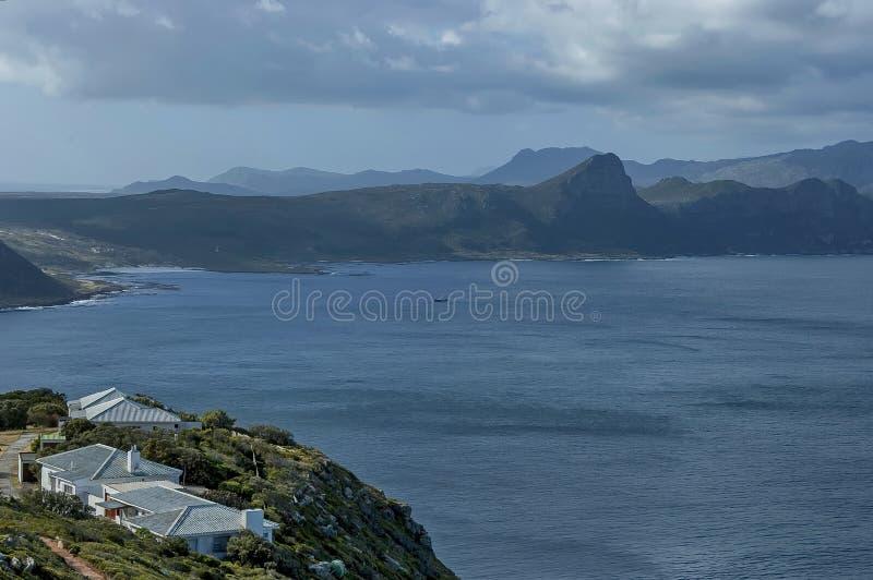Vista scenica alla baia ed alla penisola del Capo false dalla collina del Capo di Buona Speranza fotografie stock
