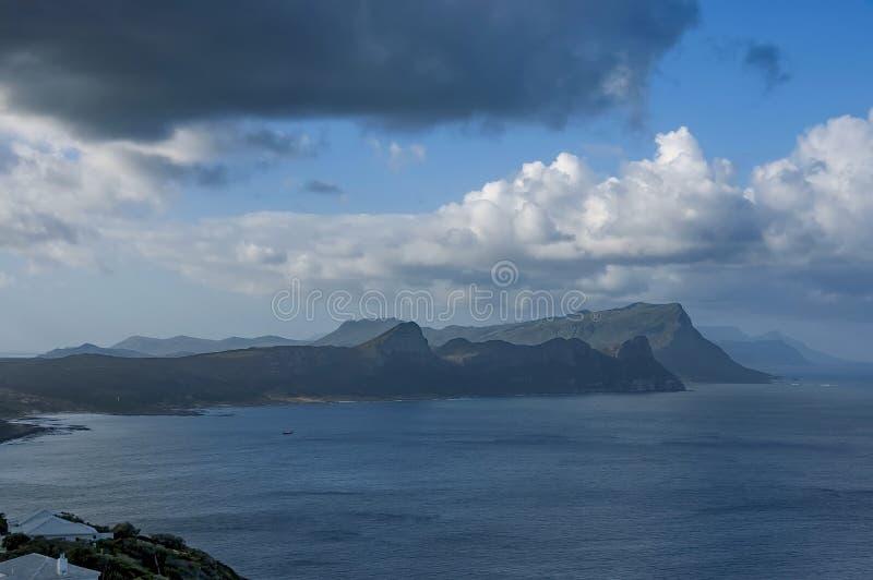 Vista scenica alla baia ed alla penisola del Capo false dalla collina del Capo di Buona Speranza fotografia stock libera da diritti