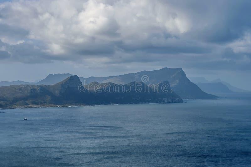 Vista scenica alla baia falsa dalla collina del Capo di Buona Speranza fotografia stock libera da diritti