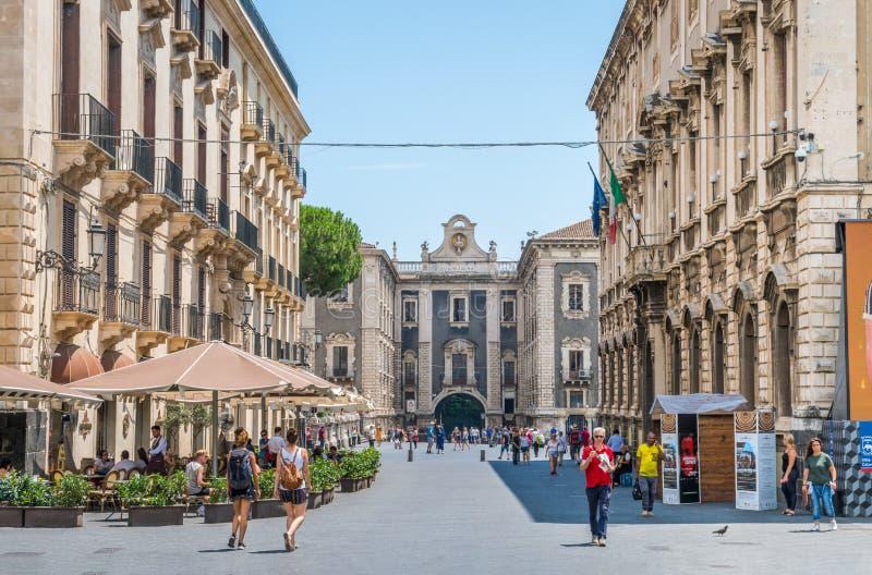 Vista scenica a Catania con Porta Uzeda nel backogrund La Sicilia, Italia del sud fotografie stock